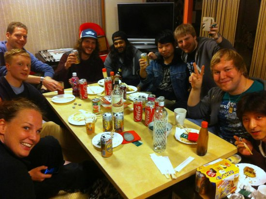 Aizuya Inn : Getting to know the other people staying at the inn over some free delicious food!