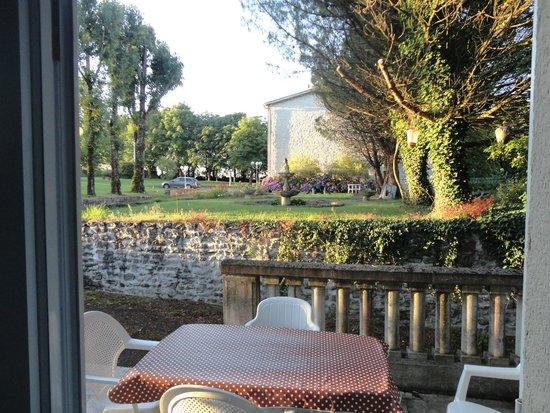 Manoir La Betoulle : La Tiede terrace to Manoir