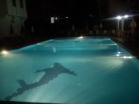 Oykun Hotel: pool at night