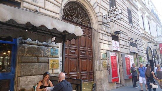Hotel Cortina: Puerta del edificio