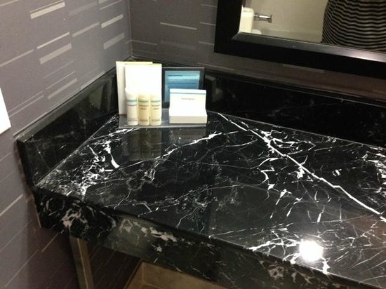Hampton Inn Manhattan - Madison Square Garden Area : sink in my room