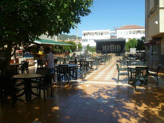Cle Resort Hotel : espace spectacle soir