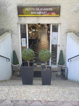Le Petit Manoir: Вход в помещение для завтрака