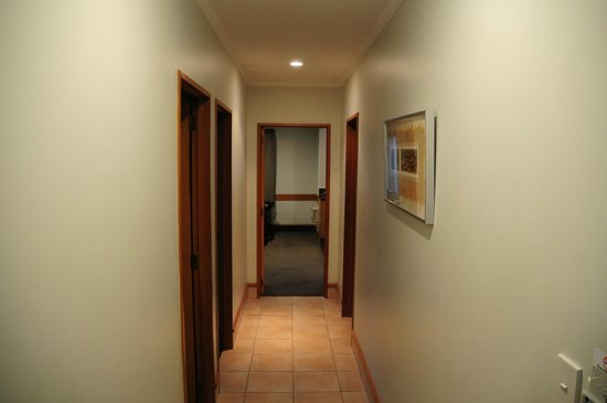 Amross Court Motor Lodge: Amross Court, Family Room, Hallway from Entrance