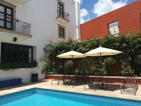 Hotel Casa Primavera: Chillin' by the pool