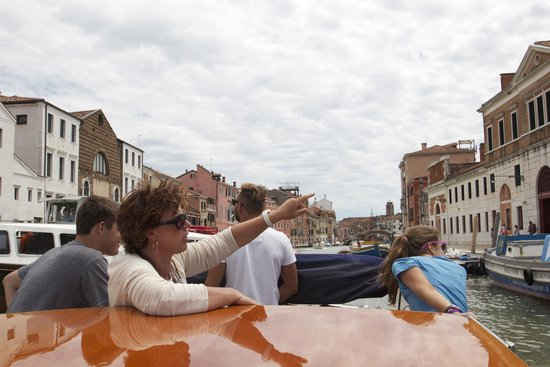 DiscoveringVenice -  Walking Tours : Patrizia pointing out another surprise on our Grand Canal tour!