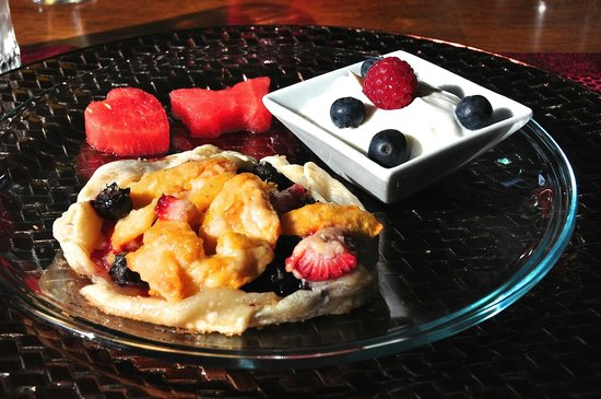Steamboat Castle Bed & Breakfast: Breakfast Tart, Yogurt and Fruit First Course