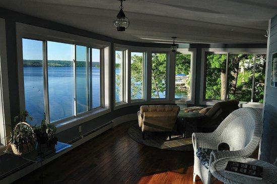 Steamboat Castle Bed & Breakfast: Lounge Area Overlooking Keuka Lake