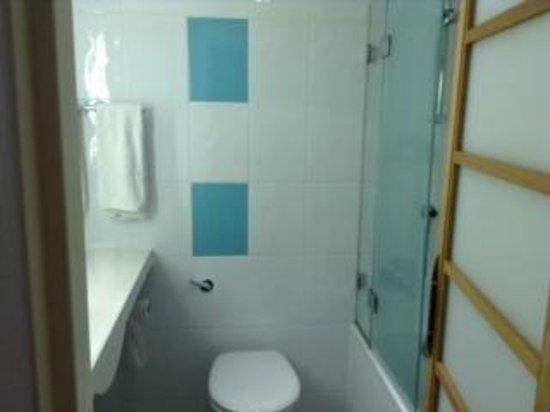 Novotel London West: Porta de vidro da banheira