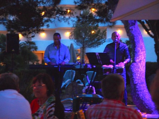 Inturotel Cala Esmeralda: Evening entertainment at beach bar.