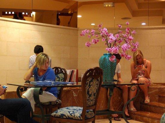 Inturotel Cala Esmeralda: Hotel lobby and WiFi area.