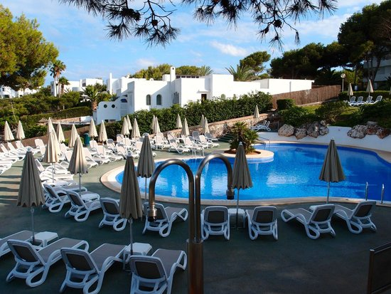 Inturotel Cala Esmeralda: Pool overlooking beach.
