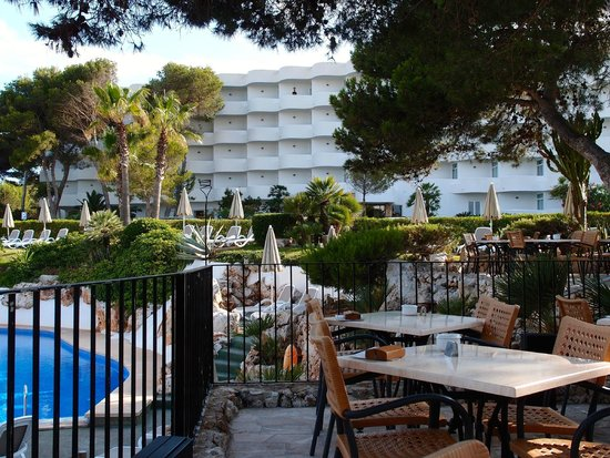 Inturotel Cala Esmeralda: Hotel from beach bar.