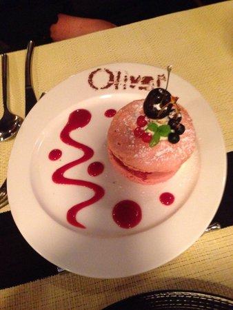 Resto Bistro Oliver : Macaron framboise chocolat blanc