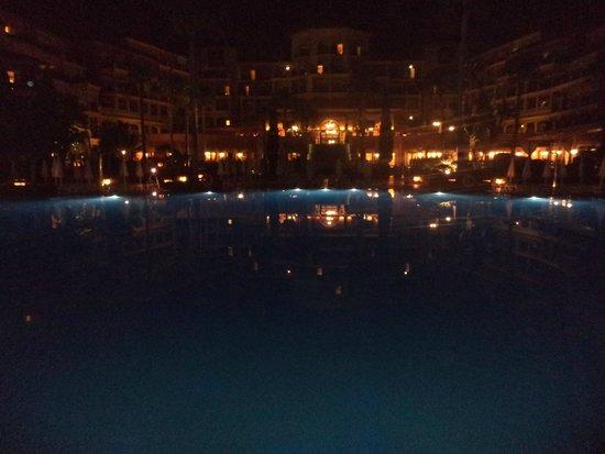 Iberostar Malaga Playa: Vista nocturna Piscina
