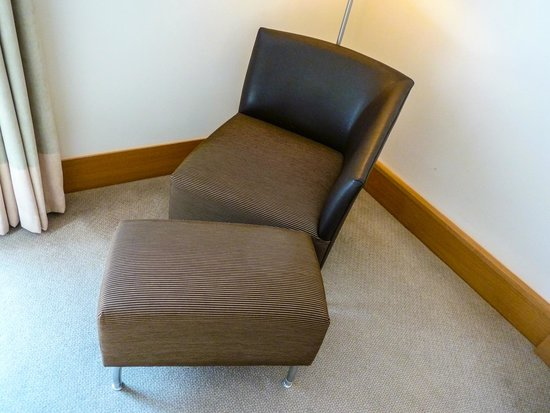 Hilton London Gatwick Airport : Comfortable Sofa chair and ottoman in our Executive Room