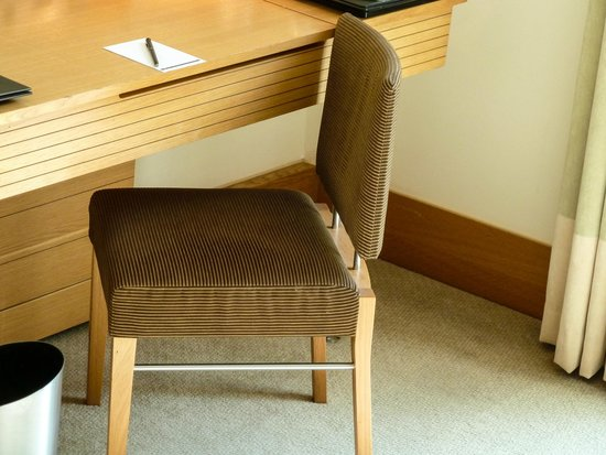 Hilton London Gatwick south terminal: Writing desk in our Executive Room