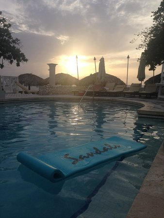 Sandals Montego Bay: sunset at the pool