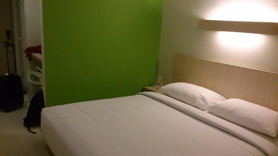 Grandmas Tuban Hotel: clean and minimalist room