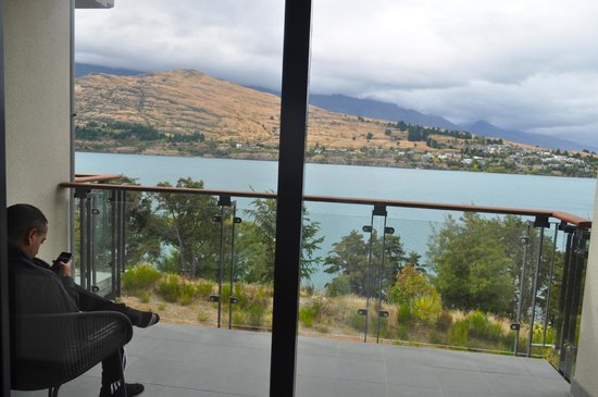The Rees Hotel & Luxury Apartments: Balcony with gorgeous view of the lake
