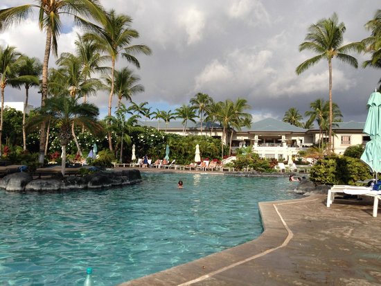 Fairmont Orchid, Hawaii: Pool has soft angles; you feel you are secluded