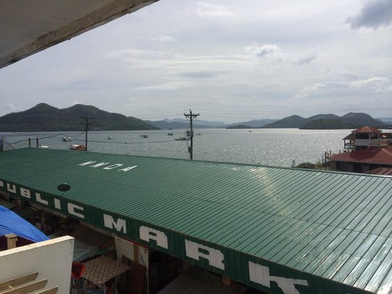 Coron Gateway Hotel & Suites: Sea and market