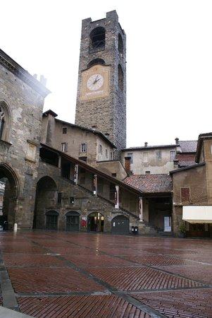 Campanone o Torre Civica : -