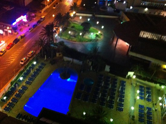 Hotel Levante Club & Spa: Pool area at night