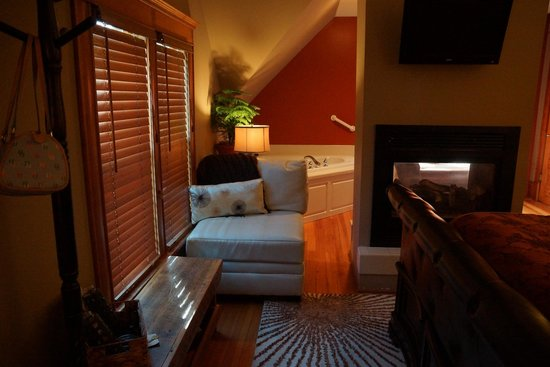 Turning Waters Bed, Breakfast and Adventure : Coniferous Room - view of hot tub from bedroom area