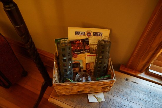 Turning Waters Bed, Breakfast and Adventure : Welcome basket included almonds, chocolates, and local tourist information
