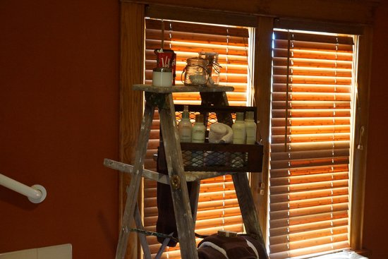 Turning Waters Bed, Breakfast and Adventure : Coniferous Room - Adorable details, Aveda products