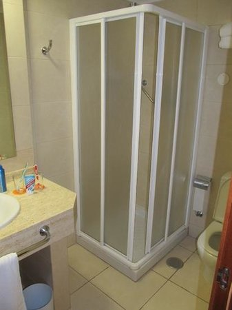 Holiday Village Tenerife: ground floor shower/bathroom