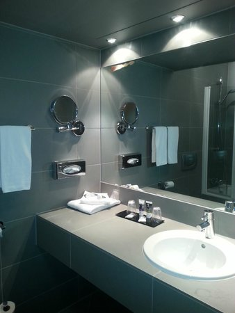 Mercure Bordeaux Lac: bathroom (room with sofa)