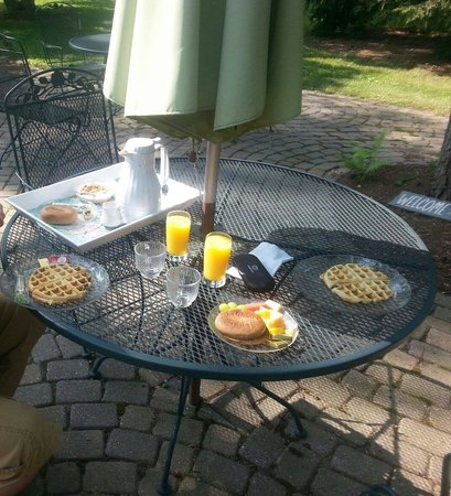 Lazy Cloud Lodge Bed and Breakfast: Delicious breakfast on the patio