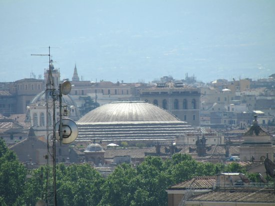 Antica Dimora delle Cinque Lune : View of Pantheon from 5th floor terrace