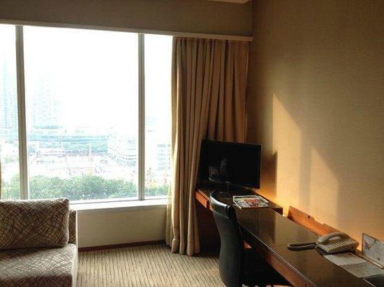 Traders Hotel, Kuala Lumpur: Work area in cnr suite