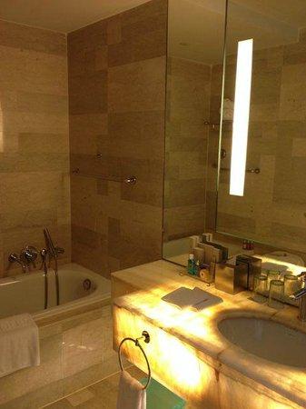 Traders Hotel, Kuala Lumpur: Bathroom in cnr suite