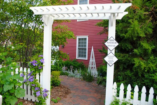 Blacksmith Inn On the Shore: Garden entrance to the Harbor House