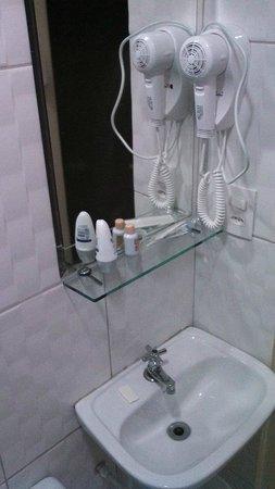Hotel Calstar : Pia do banheiro