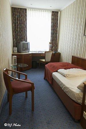 """Hotel Schlicker """"Zum Goldenen Loewen"""": Room"""