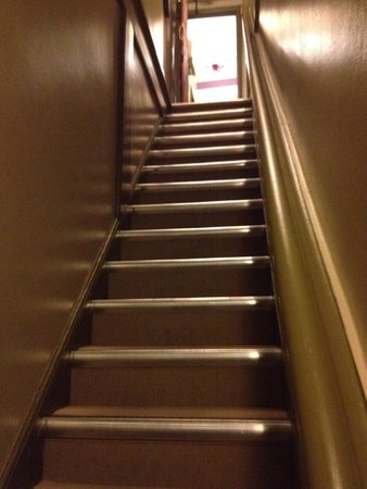 The New Inn B&B : narrow stairs to room...NO BIG DEAL
