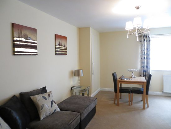 Luxe Serviced Apartments: 1 bedroom apartment dining area
