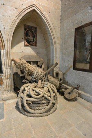 Catedral Nueva: Rope and art at Salamanca Cathedral.