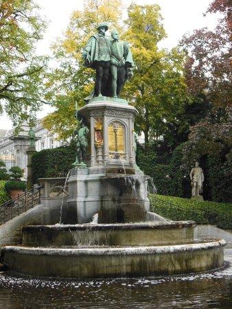 Jardin du Petit Sablon: Fonte com estátua