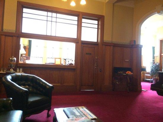 The County Hotel Napier : Recepção acolhedora