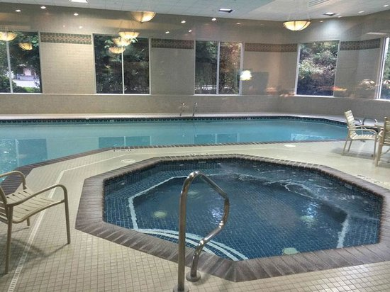 Ramada Olympia: Indoor pool and hot tub