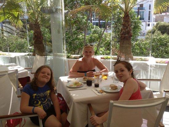 Ferrera Beach Apartments: Fantastic restaurant for the all inclusive