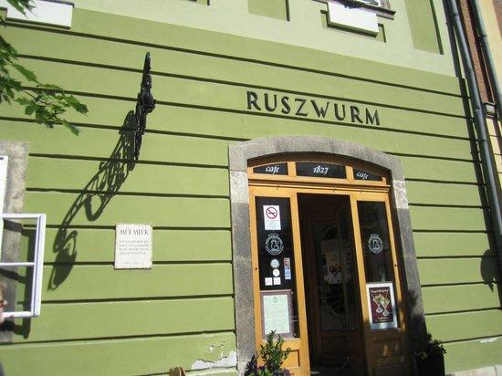 Ruszwurm: The unique entrance