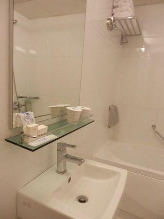 Best Western New Seoul Hotel : sink in the bathroom