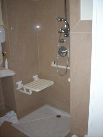 Grand Hotel Piazza Borsa: Chambre 123 Douche handi.